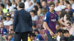 Sergi Roberto parece indicar a Valverde sus molestias musculares.