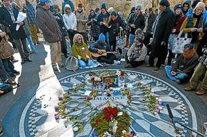 Fans de Lennon, donde fue asesinado en Nueva York, ayer.