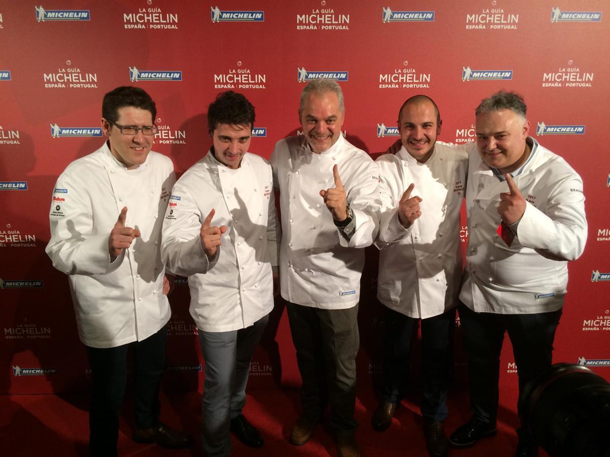 Vicent Guimerà (L'Antic Molí), Fran López (Xerta), Xavier Pellicer (Céleri), Joel Castanyé (La Boscana) y Pere Arpa (Ca l'Arpa), la noche de este miércoles tras conocer que habían logrado una estrella Michelin.