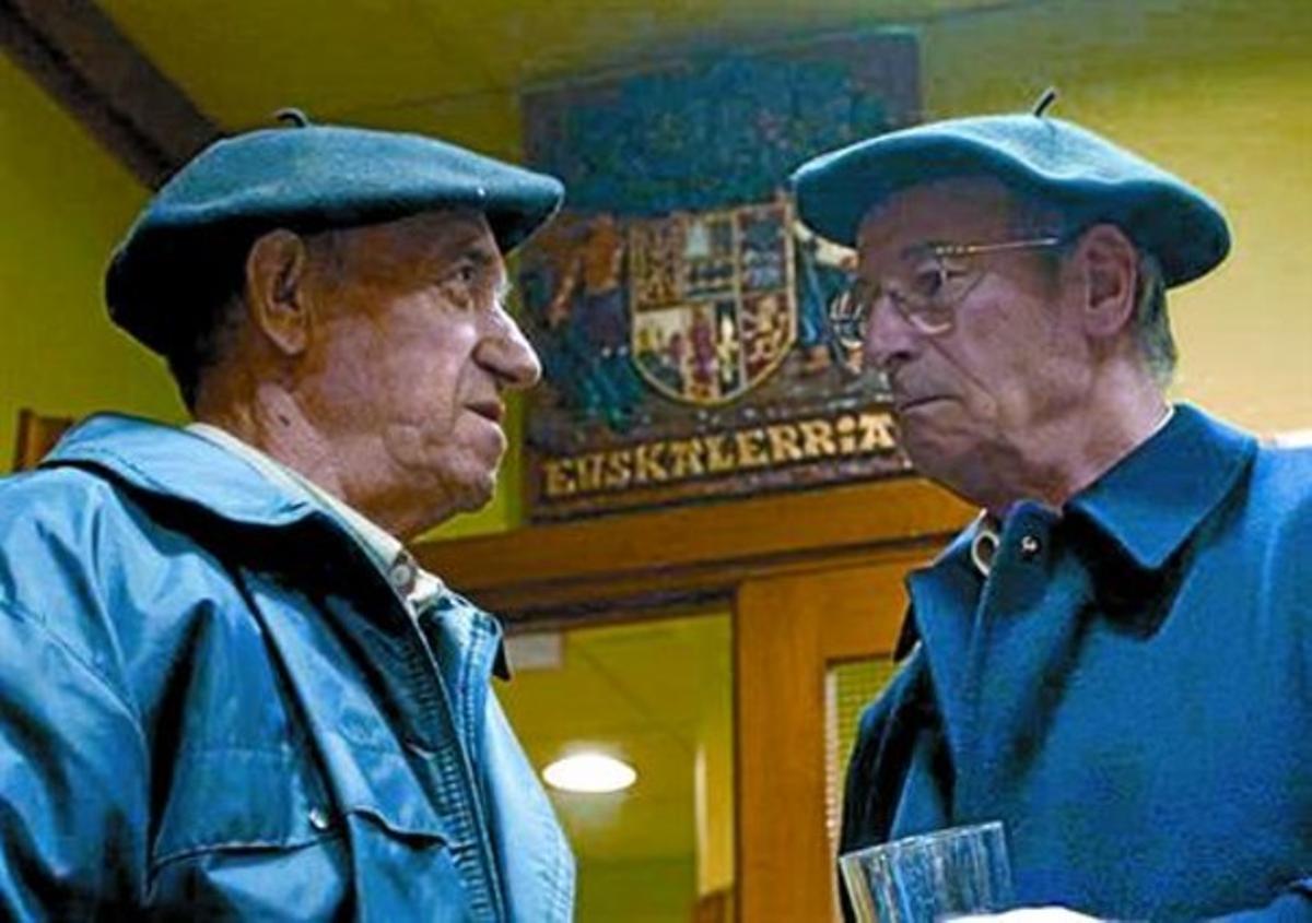 Dos nacionalistas vascos conversan en la sede del PNV en Gernika.