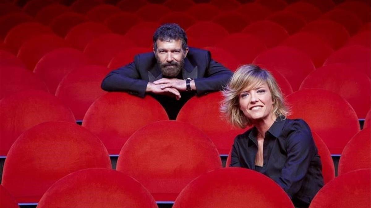 El actor Antonio Banderas y la periodista Maria Casado, en el Teatro Soho de Málaga.