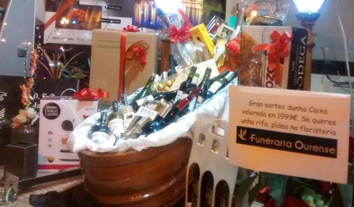 Un ataúd lleno de regalos: así es la 'cesta navideña' de una funeraria gallega