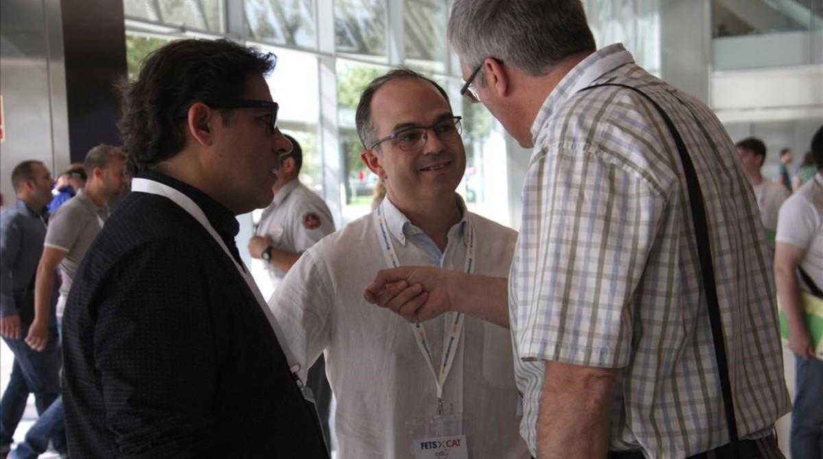 El dirigente convergente Jordi Turull conversa con militantes, en el congreso fundacional del nuevo partido, este sábado, 9 de juliol.