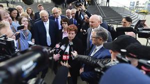 La presidenta del condado de Summit, Ilene Shapiro, atiende a los medios ante la sede del juzgado federal de Cleveland.