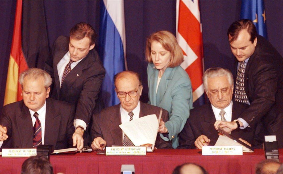 Firma de los acuerdos de Dayton, de izquierda a derecha, el presidente de Serbia Slobodan Milosevic, el presidente de Bosnia Alija Izetbegovic y el presidente de Croacia, Franjo Tudjman.