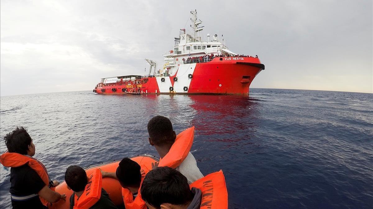El barco Vos Hestia durante una operación de rescate.