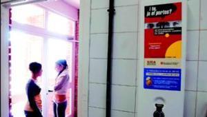 Expendedor de preservativos instalado en los lavabos del IES Priorat de Falset.