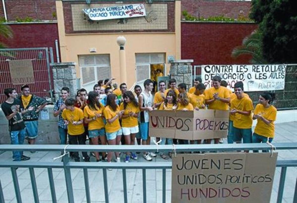Los alumnos del IES Francesc Macià, poco antes de iniciar su encierro, ayer.