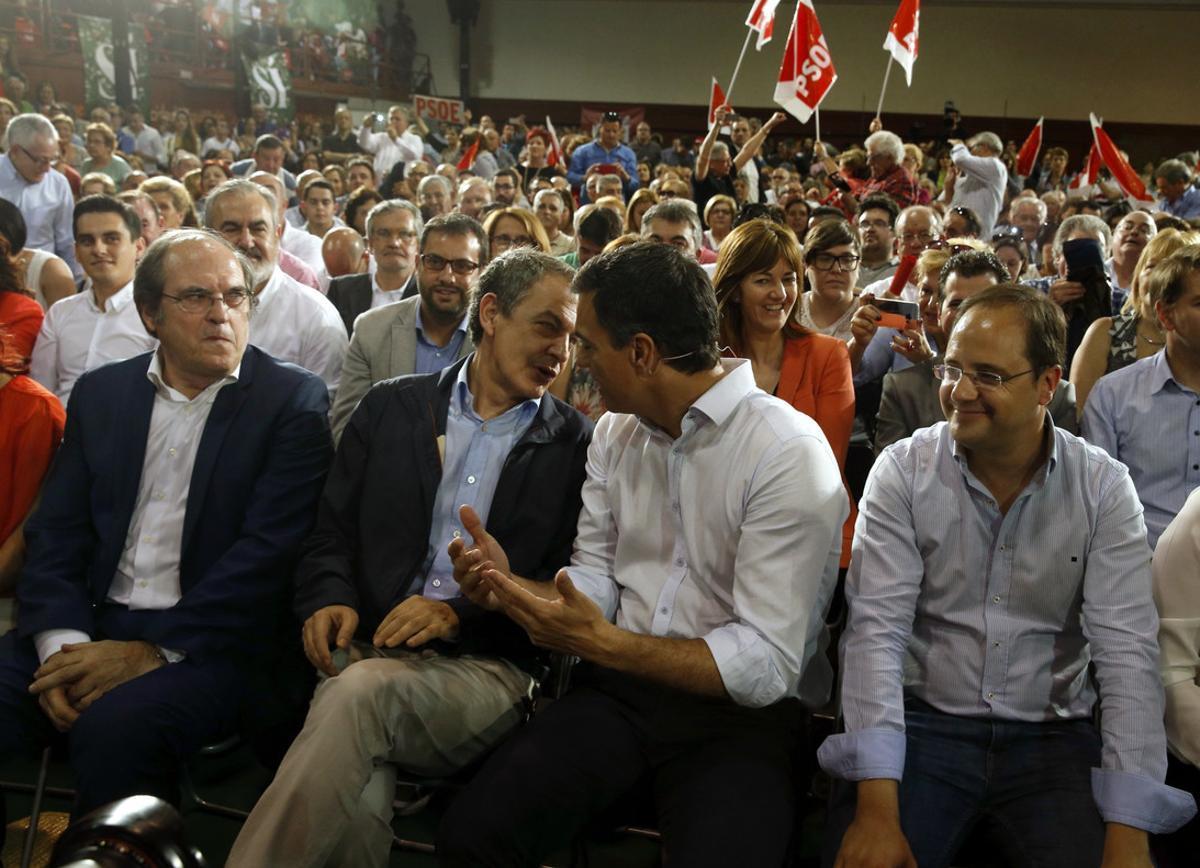 Pedro Sánchez, junto a Ángel Gabilondo, José Luis Rodríguez Zapatero y César Luena en un acto de campaña el pasado mayo.