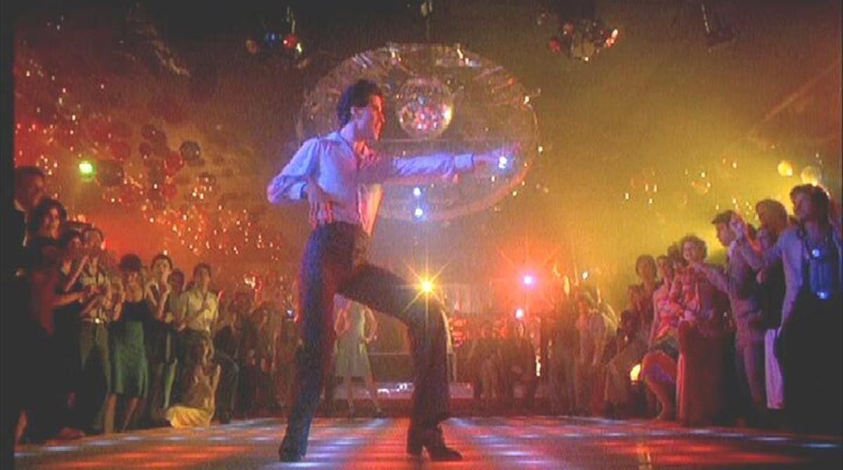John Travolta se come la pista de baile en 'Fiebre del sábado noche'.