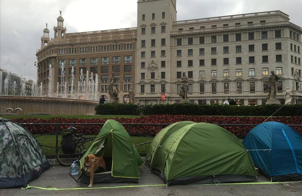Acampada de indignados en la plaza de Catalunya.