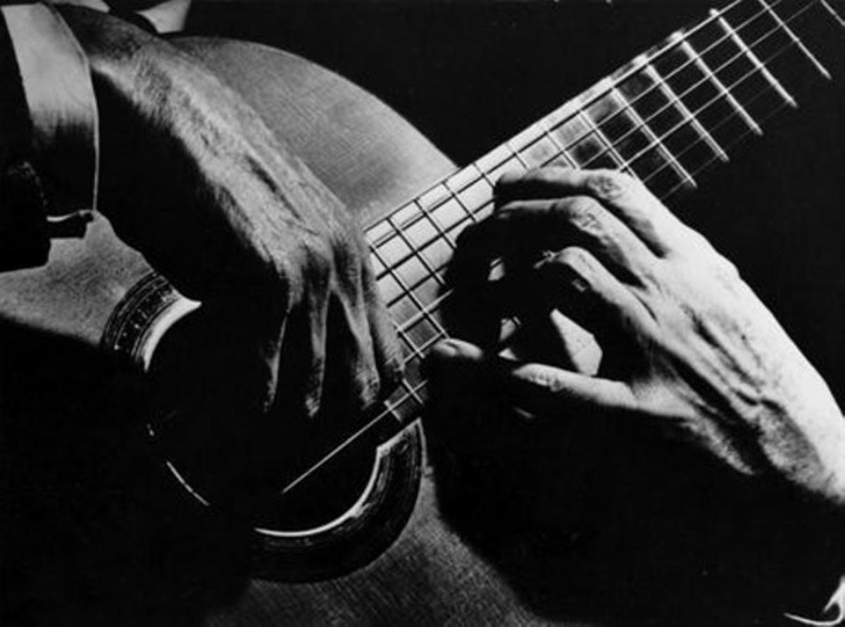 p Sainz de la Maza, para quien Rodrigo compuso la obra, tañe su guitarra.
