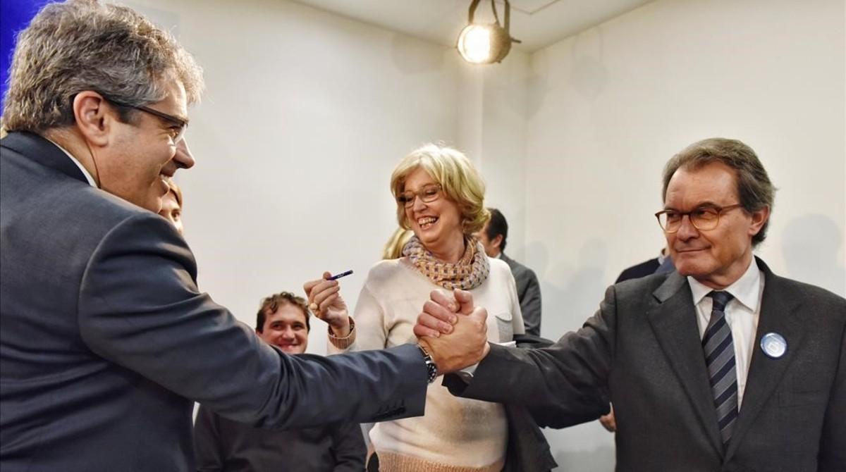 Francesc Homs y Artur Mas se saludan tras la rueda de prensa.