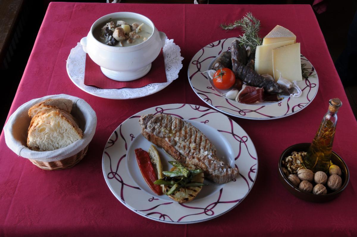 Diferentes alimentos dispuestos en una mesa.