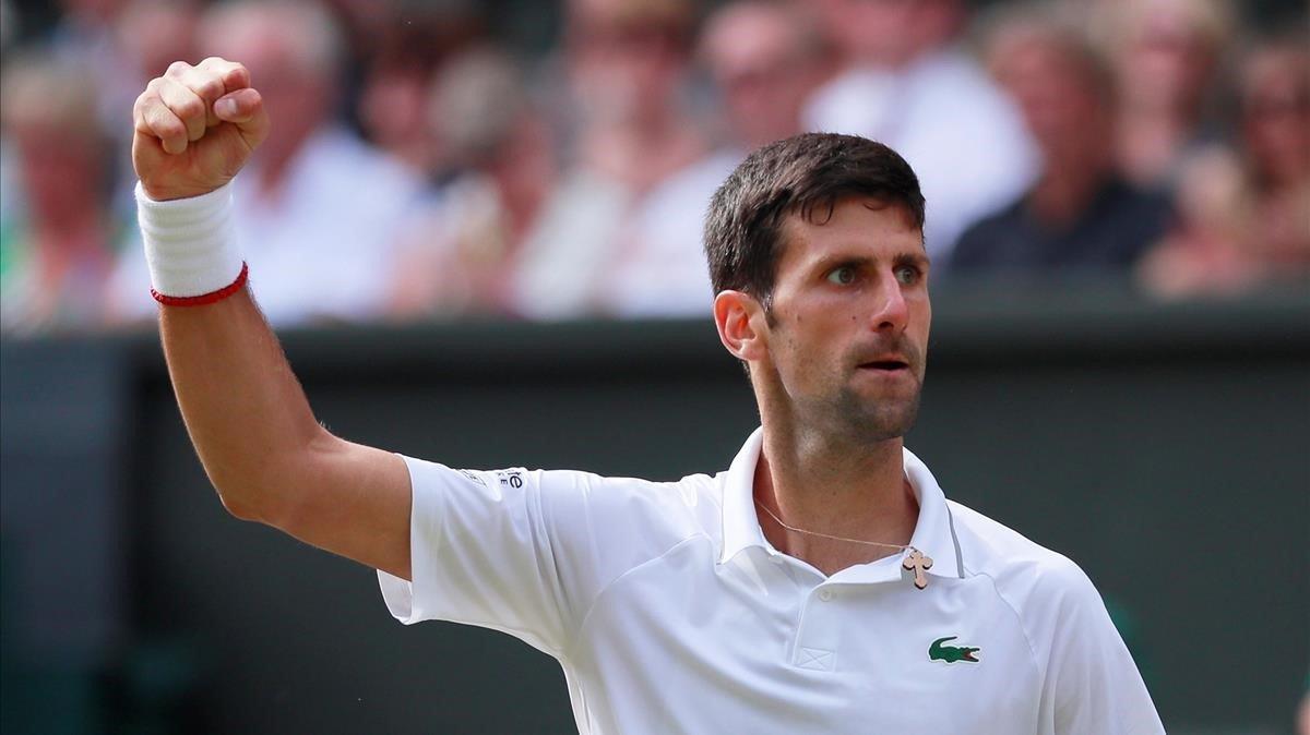 Djokovic celebra un punto ante Federer en la final de Wimbledon.