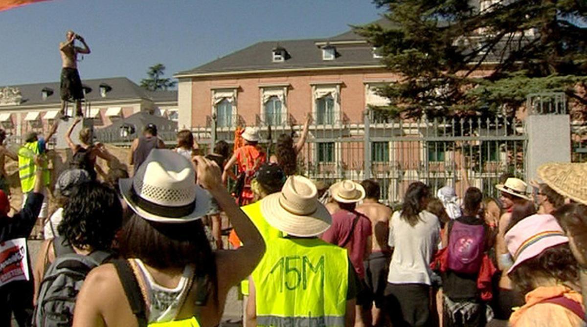 La marcha procedente de Santiago de Compostela frente al Palacio de la Moncloa, esta mañana.