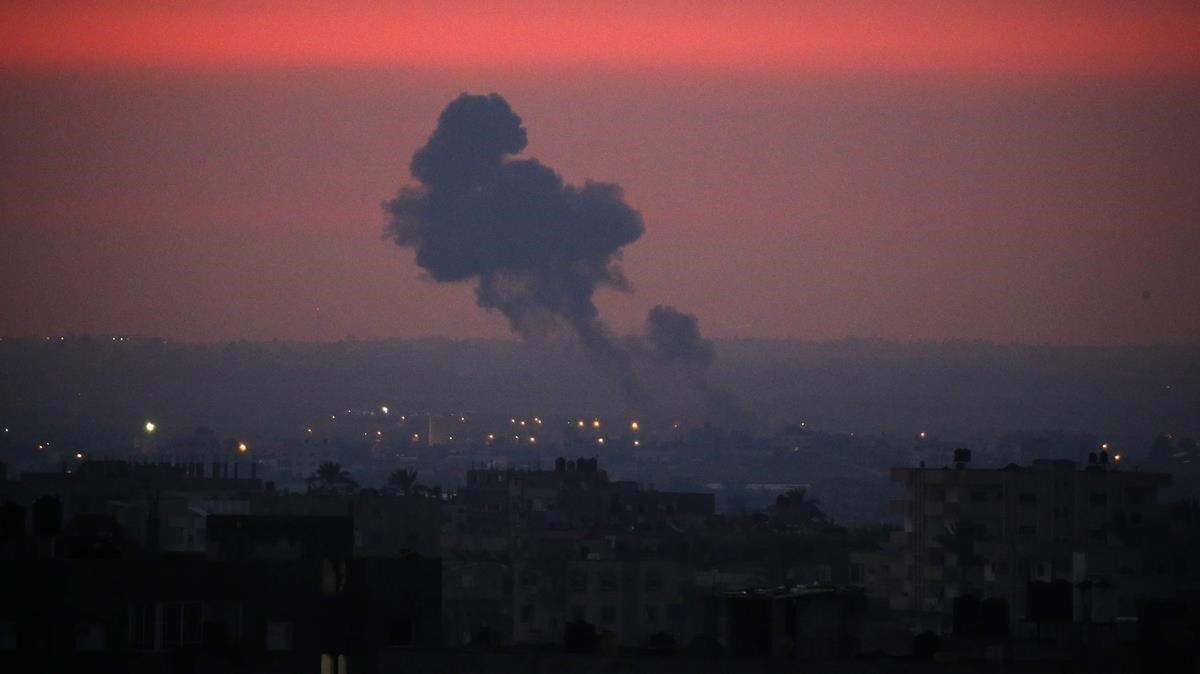 El humo se eleva en la distancia después de que aviones de guerra pertenecientes al ejército israelí llevaran a cabo ataques aéreos sobre Khan Yunis, en el sur de la Franja de Gaza.