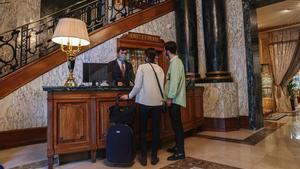 Clientes en la recepción del Hotel Palace, que acaba de reabrir este mes de abril.
