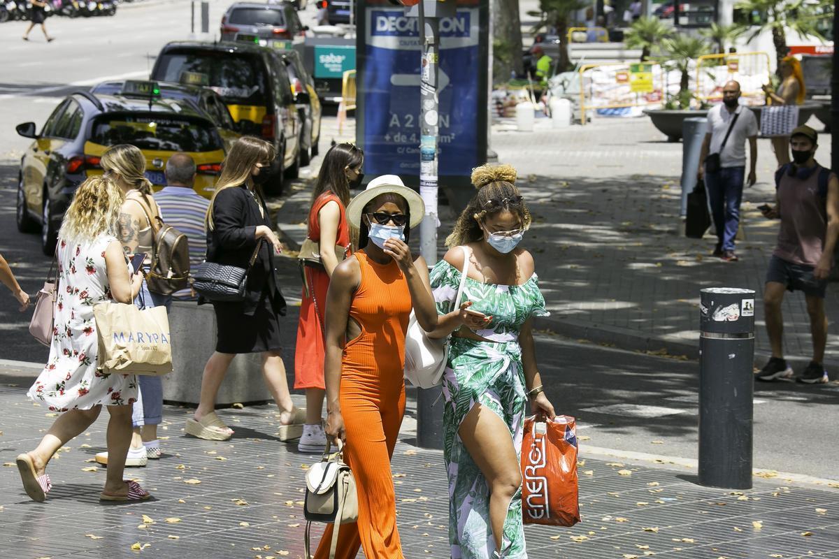 Turistas en el centro de Barcelona, este miércoles.