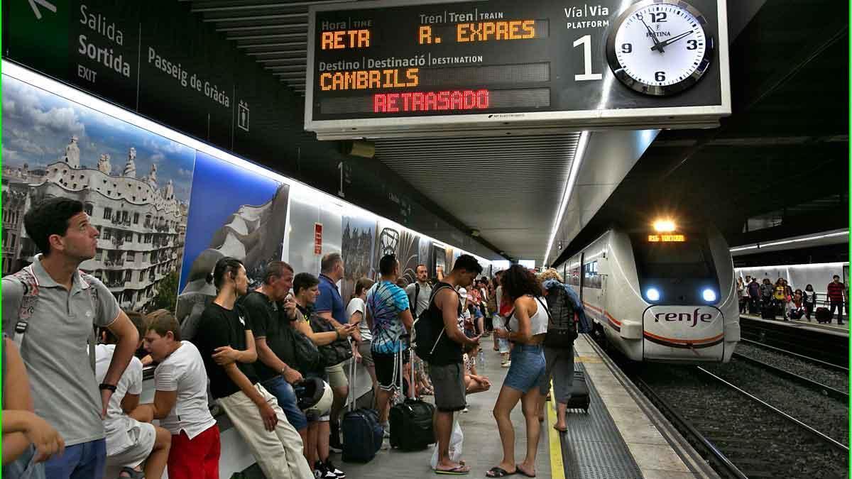 Retrasos de hasta hora y media en ocho líneas de Rodalies por una incidencia en Sants.