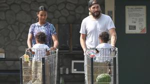 Zoe Saldana, con su marido, Marco Perego, y sus hijos, Cy y Bowie, a su salida de unsupermercado de Los Ángeles.