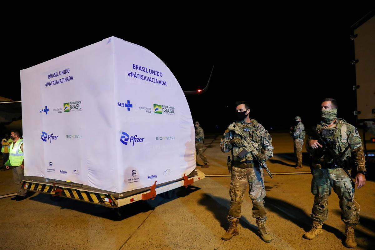 Soldados brasileños custodian un contenedor con dosis de la vacuna de Pfizer llegada el jueves al aeropuerto de Campinas.