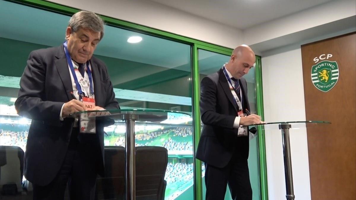 Fernando Gomes y Rubiales durante el anuncio de la candidatura para el Mundial 2030