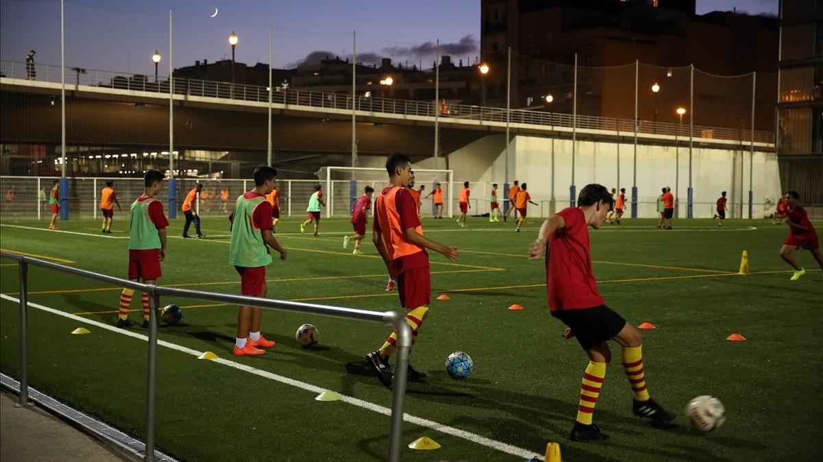 Fútbol en los campos situados bajo el puente de la calle Marina de Barcelona, la tarde noche del lunes.