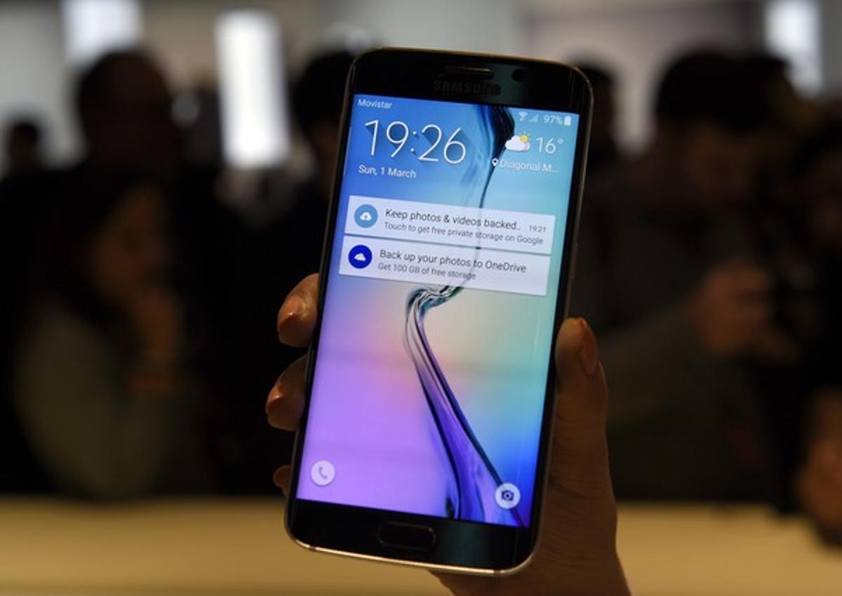 El Samsung Galaxy S6 Edge ha sido presentado este domingo en el MWC