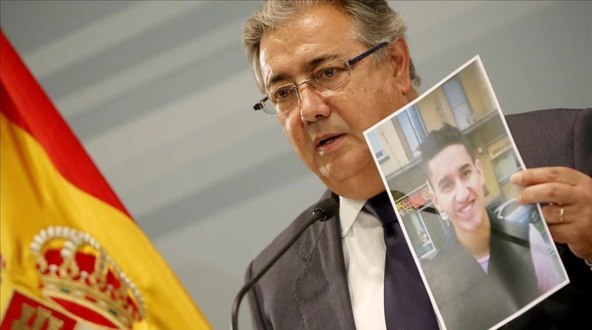 Juan Ignacio Zoido muestra la imagen deYounes Abouyaaqob en su comparecencia tras a reunión del Pacto Antiterrorista.