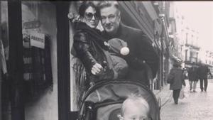 Alec Baldwin, con su mujer, Hilaria, y sus hijos, Carmen, en el carrito, y Rafa, en brazos de Hilaria, paseando por Toledo.
