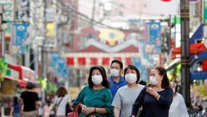 Personas en Japón con mascarilla por el coronavirus.