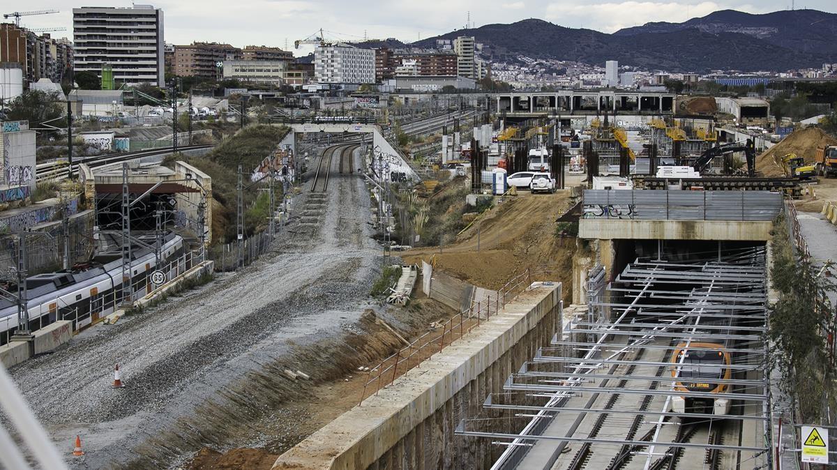 Un tren de Rodalies pasa por la estación de La Sagrera en obras.