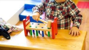 Un niño juega en una guardería en una imagen de archivo.