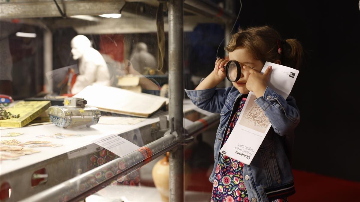 Valentinadisfruta de la exposición de Francesc Torres en el MACBA, anoche.