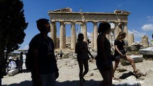 Turistes a l'antiga Acròpolis, a Atenes.