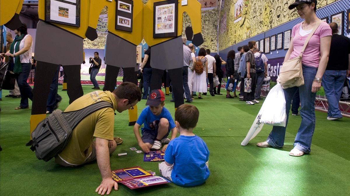 Unos niños leen tebeos en una antigua edición del Salón del Cómic.
