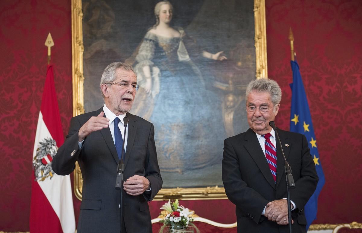 El presidente saliente de Austria, Heinz Fischer (a la derecha), y el presidente electo, Alexander Van der Bellen.