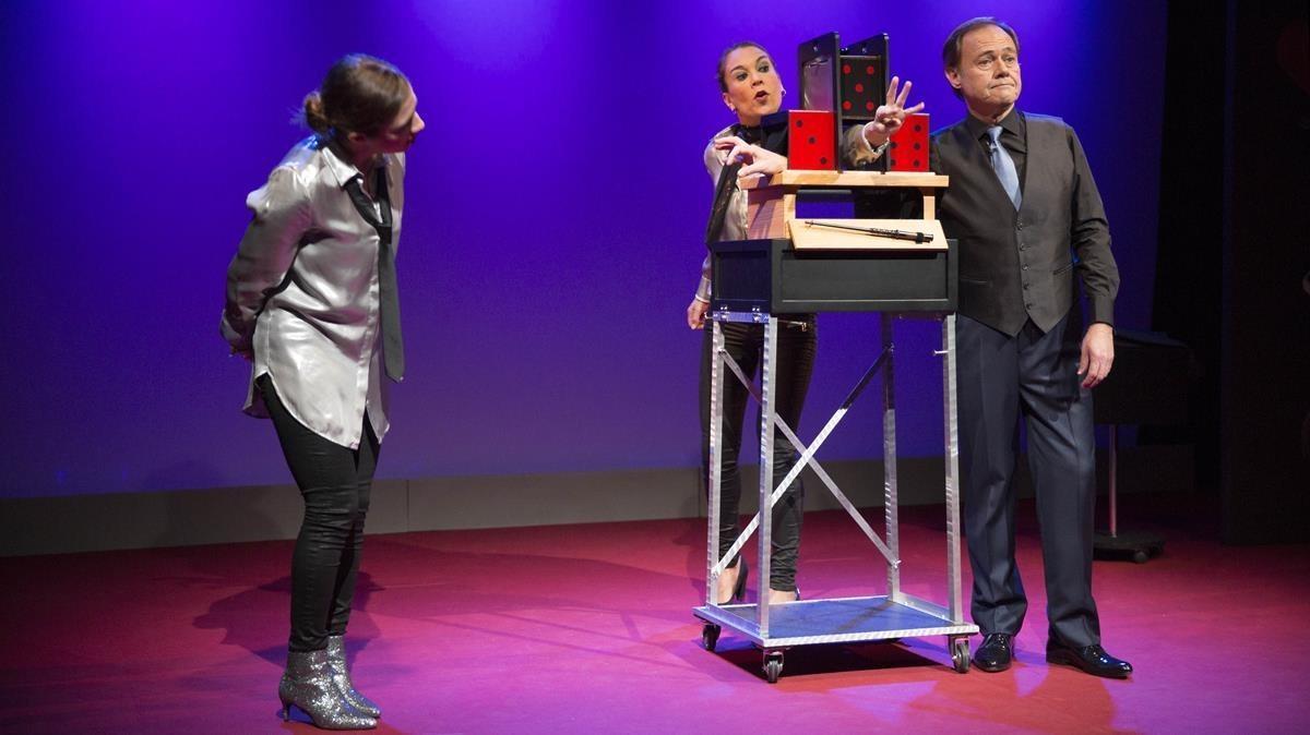 Hausson y sus ayudantes en 'Jugant amb la màgia' (La Seca-Espai Brossa).