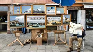 Una obra artística de Banksy denuncia el paso de cruceros en Venecia.