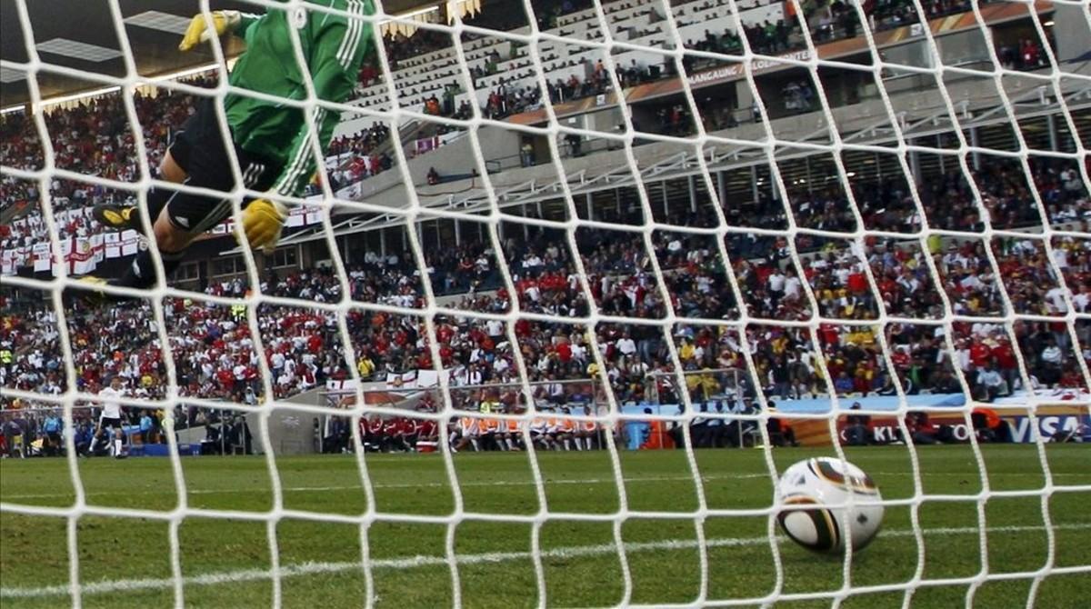 Imagen de unportero queobserva como el balón se introduce en su portería.