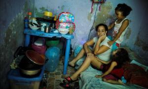 Una inmigrante venezolana y sus hijos, en un refugio en Lima, después de que el Gobierno de Perú declarara el toque de queda.