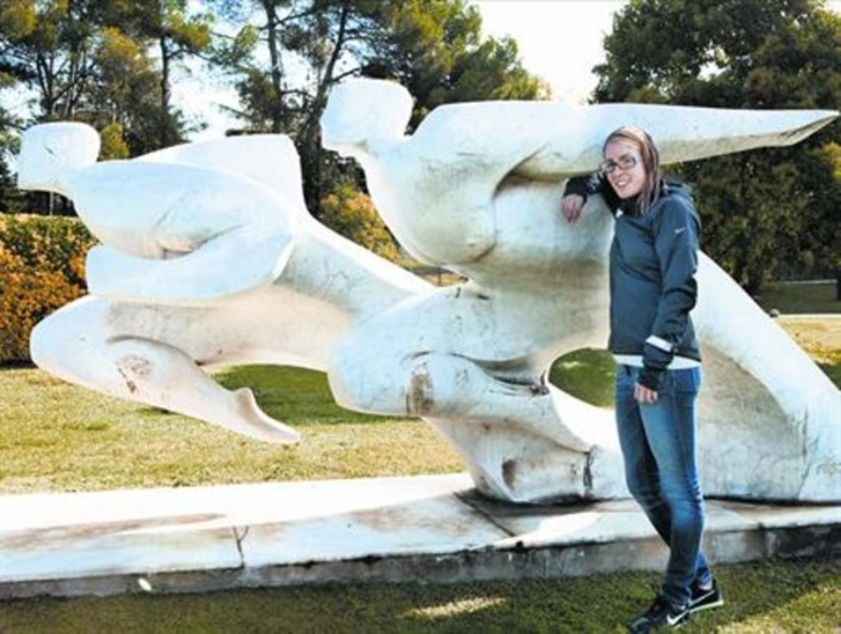 Elena Congost posa para este diario junto a una escultura, en el CAR de Sant Cugat.