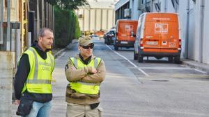 Agentes de la Guardia Civl en la sede de Unipost en L'Hospitalet el pasado mes de septiembre.