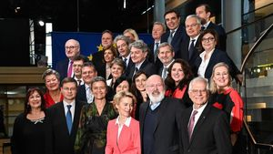 La presidenta de la Comision Europea, Ursula von der Leyen, posa junto a su equipo de gobierno.