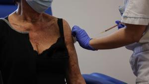 Una sanitaria administra una dosis de la vacuna de Pfizer-BioNTech a una persona mayor de 80 años en el hospital de Santa Maria della Pietà en Roma, este lunes.