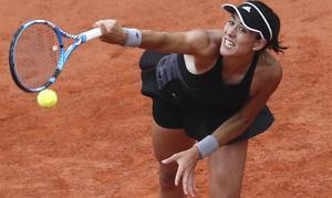 Muguruza ejecuta un saque, en el partido con Sharapova.