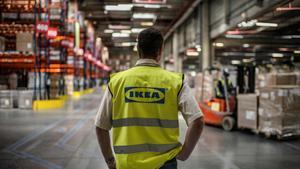 Imagen de un trabajador de Ikea en uno de los centros logísticos.