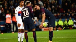 Neymar y Cavani discuten sobre el punto de penalti.