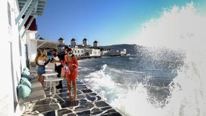 Grècia imposa el toc de queda i prohibeix la música a l'illa de Miconos